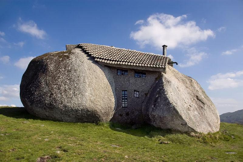 Casa de construida entre piedras