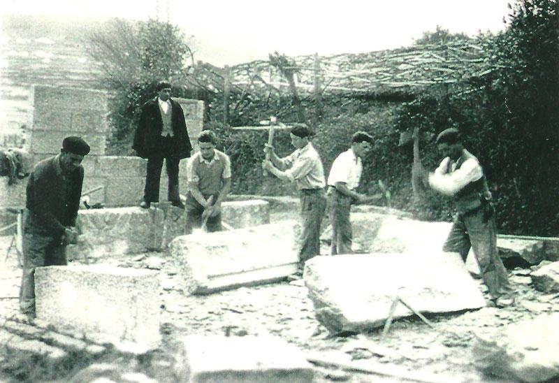 Canteros trabajando la piedra de forma artesanal. Bueu 1953