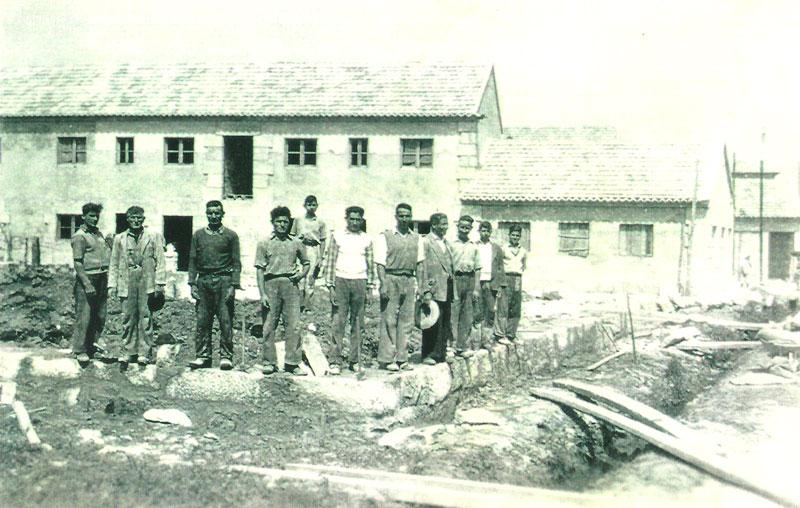 Canteros construyen una vivienda de piedra en Bueu